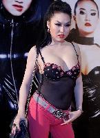 Phi Thanh Vân phá tan buổi họp báo với trang phục phòng the